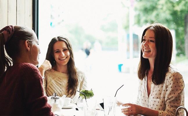 3 international students improving English conversational skills in an informal meeting